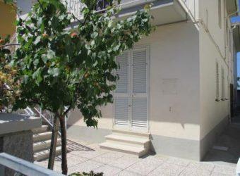 13A – Appartamento al piano terra di palazzina quadrifamiliare a 250m dal mare.