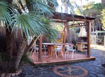 68V – Appartamento in posizione esclusiva a soli 150mt dal mare con ampio giardino privato.